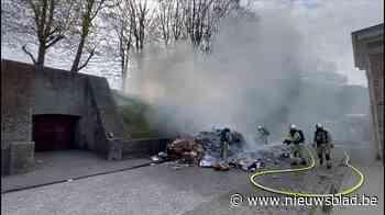Vuilniskar kiepert brandende lading op straat, brandweer blu... (Ieper) - Het Nieuwsblad