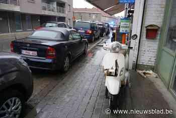 Bromfietsster (20) wordt verrast door geparkeerde wagen en komt ten val