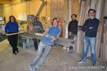 """Hans (44) en Olivier (48) maken meubelen op maat met vluchtelingen: """"We ekenen op klanten die ons warm initiatief willen steunen"""" - Het Nieuwsblad"""