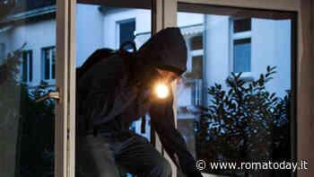 Rientra in casa e trova il ladro, in fuga con una corda dal balcone viene fermato in strada con il bottino