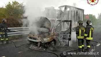 Incendio in autostrada: furgone distrutto dalle fiamme