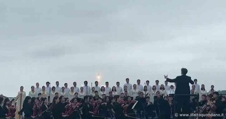 Cina, il razzo 5B viene lanciato in orbita: così l'orchestra accompagna il decollo – Video