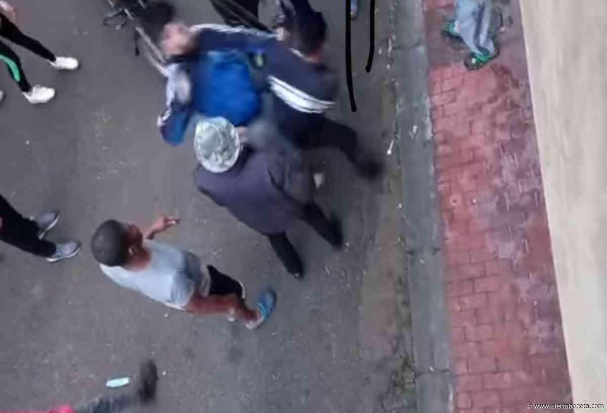 [Video] Ladrón recibió varios traques y patadones en la cara por lamparoso - Alerta Bogotá