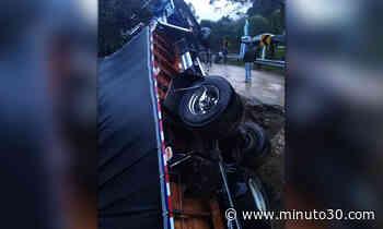 EN FOTOS: ¡Uy que susto! En sonsón camión terminó semivolcado porque el terreno cedió - Minuto30.com