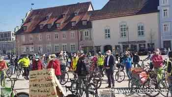 Fahrradbegeisterte demonstrierten für die Umwidmung jeweils einer Fahrspur in beiden Richtungen - Kreisbote