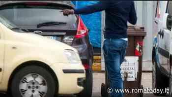 Parcheggiatore abusivo e violento, si oppone al controllo e si scaglia contro gli agenti