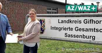 Leona Kötke erhält Ernennungsurkunde zur neuen Direktorin an der IGS Sassenburg - Wolfsburger Allgemeine