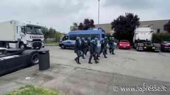 Sciopero logistica, ancora scontri tra polizia scioperanti a Peschiera Borromeo - LaPresse