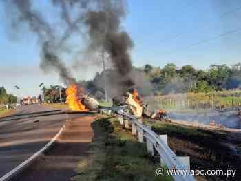 Tras vuelco se incendia un camión cisterna en Ñumí - Nacionales - ABC Color