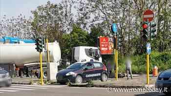 Incidente in viale Jonio, scooter si scontra con una cisterna: morto un 52enne