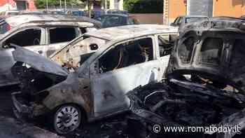 Notte di fuoco a Centocelle: benzina ed accendino per dare alle fiamme quattro auto