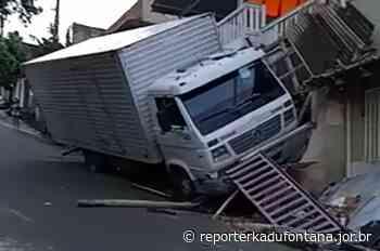 Caminhão perde o freio no morro e atinge residência em Cataguases. - reporterkadufontana.jor.br - Reporter Kadu Fontana