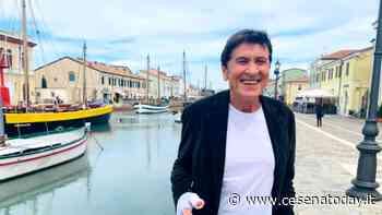 In attesa della fisioterapia Gianni Morandi si concede una piadina a Cesenatico - CesenaToday