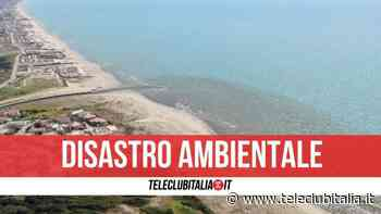 Lago Patria, l'acqua si tinge di nuovo di marrone: enorme chiazza invade la foce - Teleclubitalia.it