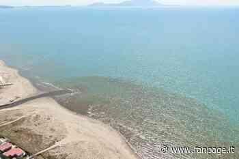Enorme macchia nera alla foce del Lago Patria: i liquami invadono il mare - Fanpage.it