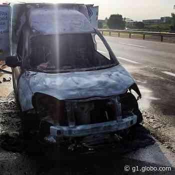 Carro pega fogo na Rodovia Castello Branco em Boituva - G1