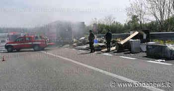 Paura in A2 tra Sala Consilina e Padula. Camion va a fuoco lungo l'autostrada - ondanews
