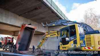 Spektakulärer Unfall: Lkw bleibt an A7-Brücke bei Eichenzell hängen - Fuldaer Zeitung
