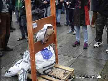 """La violenza di anarchici e No Tav: Draghi """"decapitato"""" in piazza"""