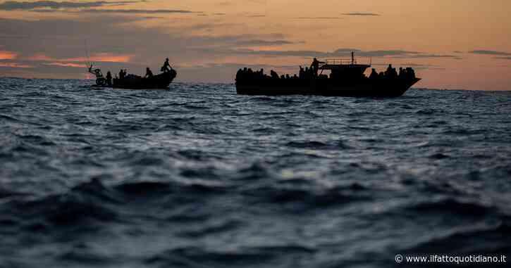 """Migranti, SeaWatch al quarto salvataggio: """"Abbiamo più di 400 naufraghi a bordo"""". Oltre 800 persone sbarcate in Italia in 48 ore"""