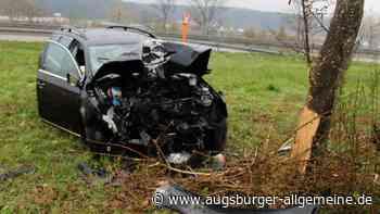 Unfall an der A7 bei Altenstadt: Auto prallt gegen Baum - Augsburger Allgemeine