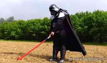 A Farigliano Darth Vader semina i girasoli (VIDEO) - TargatoCn.it