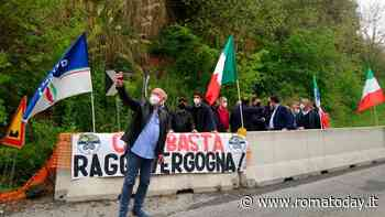 """San Vittorino, strada ancora chiusa.  Flash mob di Fratelli d'Italia: """"Riapertura urgente"""""""