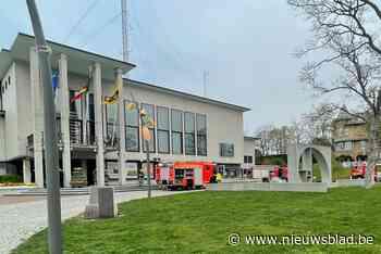 Kunstwerk vat vuur: dertig personeelsleden gemeentehuis geëv... (De Panne) - Het Nieuwsblad