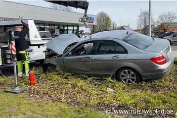 Man botst tegen boom en reclamebord op Turnhoutsebaan - Het Nieuwsblad