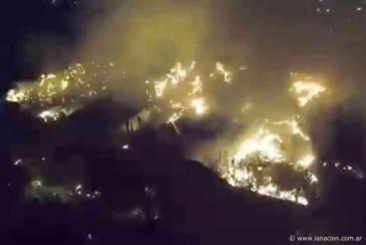 Don Torcuato: 20 dotaciones de bomberos combatieron un voraz incendio en una papelera - LA NACION