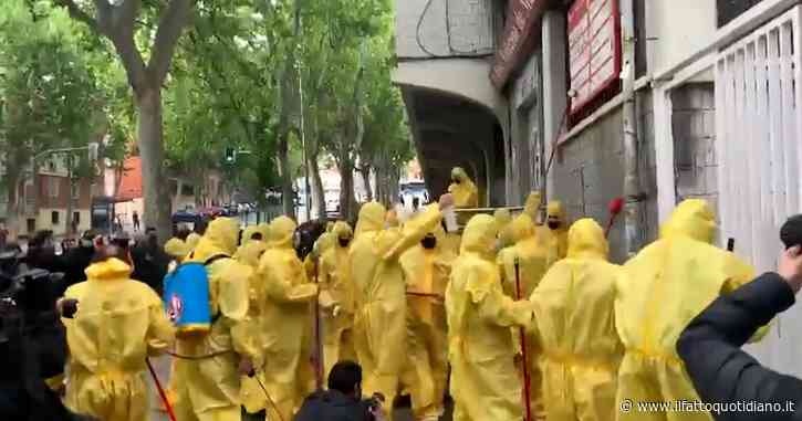 Spagna, i tifosi del Rayo Vallecano puliscono lo stadio dopo la visita dei due leader di estrema destra di Vox