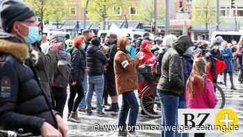 Querdenken-Anhänger gehen in Braunschweig auf die Straße