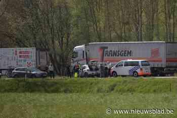 Autobestuurder kritiek na klap tegen vrachtwagen op Verbindi... (Diepenbeek) - Het Nieuwsblad