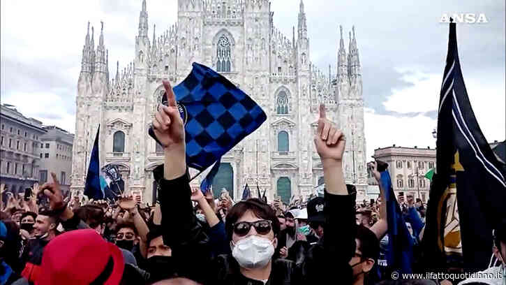 Inter campione d'Italia, esplode la gioia dei tifosi: la folla invade piazza Duomo a Milano. Poche mascherine e zero distanziamento