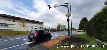 Une voiture prend feu près de Rouen : l'incendie se propage au feu tricolore et plonge le carrefour dans le - Paris-Normandie