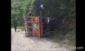 ¡Terrible! Se volcó una 'Chiva' en Liborina, hay varios heridos - Minuto30.com