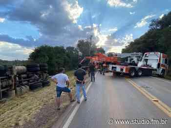 ERS 324 entre Passo Fundo e Marau é bloqueada para remoção de caminhão acidentado - Rádio Studio 87.7 FM   Studio TV   Veranópolis