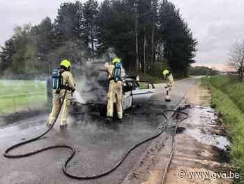 Auto gaat in vlammen op aan Papendijk (Lille) - Gazet van Antwerpen