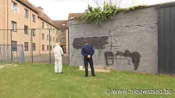 """Graffitispuiters viseren agent in haatboodschap op muur: """"Laf en degoutant"""" <BR />"""