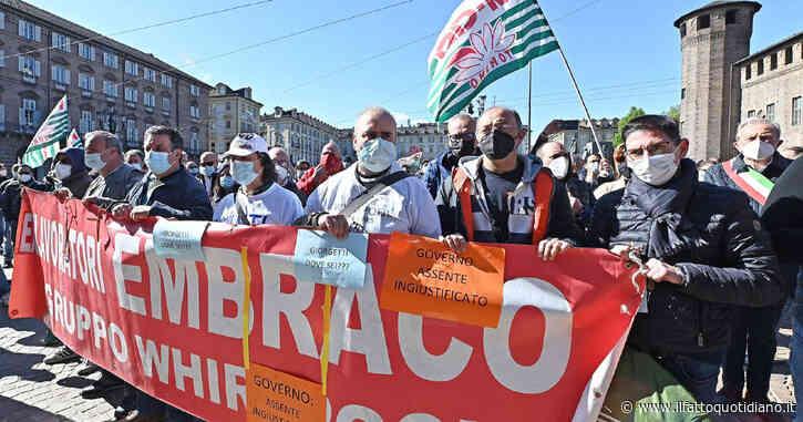 """Ex Embraco, i lavoratori ricevono le lettere di licenziamento: """"Ci sentiamo abbandonati dallo Stato, promesse mai mantenute"""" – Video"""