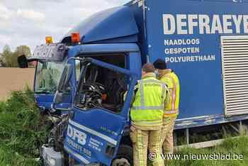 Twee gewonden nadat vrachtauto op tractor botst en in gracht eindigt
