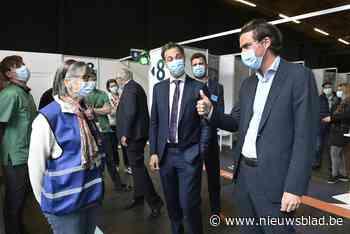 """Alexander De Croo bezoekt vaccinatiecentrum: """"een op drie volwassenen kreeg eerste prik, België staat op nummer vijf in EU"""" - Het Nieuwsblad"""