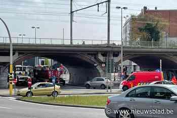 Vrachtwagen knalt aan Dampoort in flank van personenwagen - Het Nieuwsblad