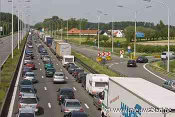 """Vrachtwagen gaat over de kop op E40 in Erpe-Mere: """"Mijd de omgeving"""""""