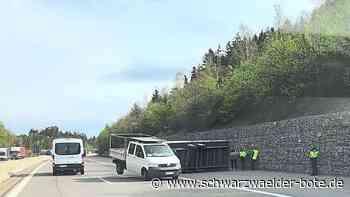 Unfall auf der A 81 - Anhänger mit Stahl blockiert bei Oberndorf die Fahrbahn - Schwarzwälder Bote