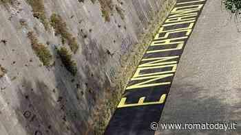 Ciclabile Tevere, sulla colata d'asfalto appare una citazione di Celentano