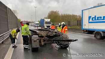 Vrachtwagen kantelt en verliest container op E40: twee uur file rijden