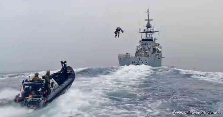 """L'assalto dei Royal Marines è spettacolare: i militari in volo in stile """"Iron Man"""" con la tuta jet – Video"""