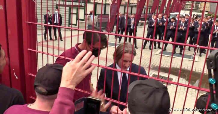 Grande Torino, i giocatori granata incontrano i tifosi ai cancelli del Filadelfia: ovazione per l'allenatore Nicola – Video