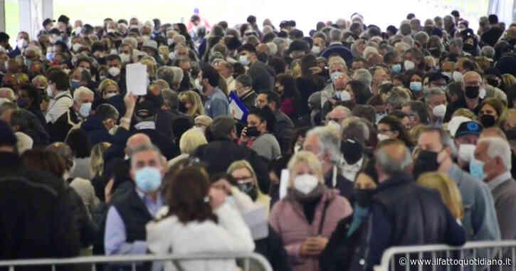 """Napoli, caos all'hub vaccinale tra file interminabili e assembramenti: """"Qui prendiamo il Covid, dove sta il distanziamento?"""" – Video"""